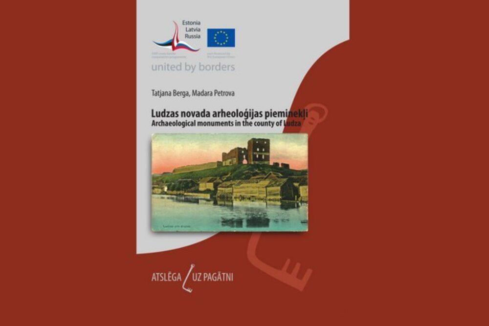 """Serejā """"Atslēga uz pagātni"""" izguojuse brošura par arheologiskajim pīmineklim Ludzys nūvodā"""