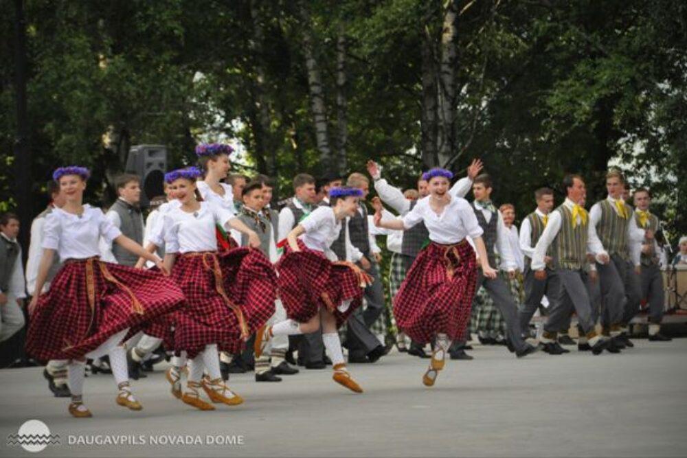 Večerinkā Vyškūs izdoncuoti kruošņuokī Latgolys deju roksti