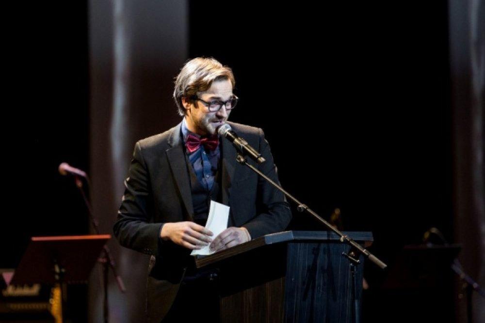 Ar muzykalu monologu Latvejis piļsātuos gasteis Kristaps Rasims