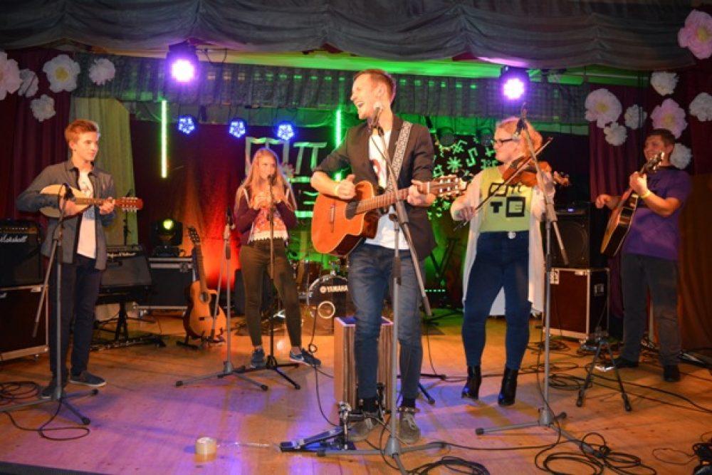 """Latvejā populari muziki radejuši jaunu festivala """"Upītes Uobeļduorzs"""" himnys verseju"""