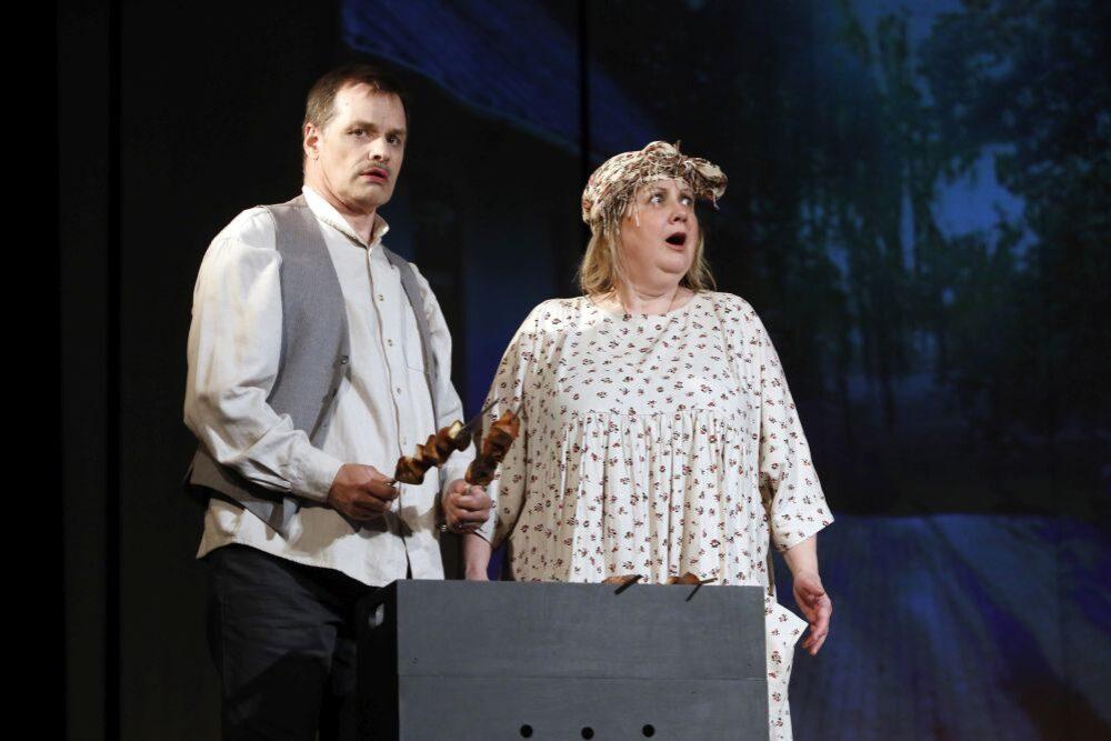 "Rēzeknis Tautys teatris prīcynuos ar komedeju ""Dzymtā zemē"""
