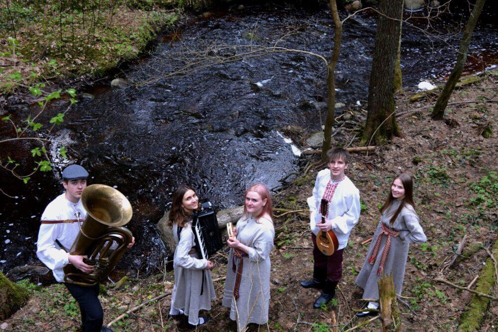 """Videoklips folklorys kūpys """"Upīte"""" dzīsmei """"Gar upes molu staigoju"""""""